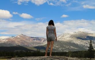 女性と山の風景