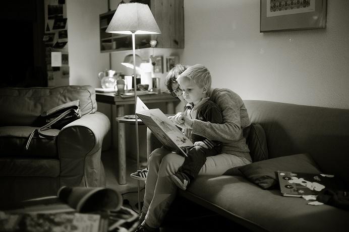 読み聞かせする母と子