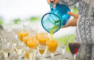 グラスとオレンジジュース