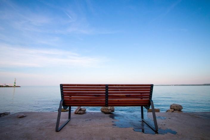 海とベンチ