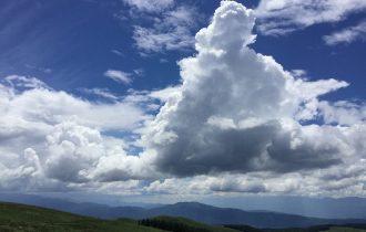 夏の車山の雲