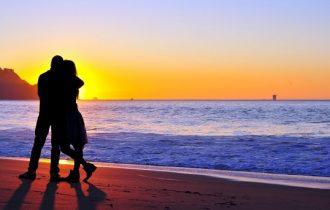 ビーチのサンセットと夫婦の写真