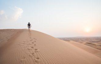 ドバイの砂漠で一人歩く